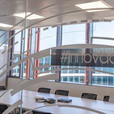 detalle sala reuniones oficinas nologin cristal, madera, lacado, mesas