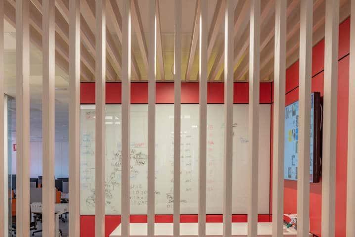 separacion de espacios de oficina con madera natural